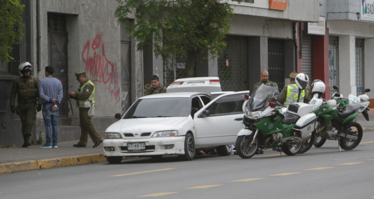 Nervios lo delataron: penquista actúa extraño por gran presencia policial y lo sorprenden con droga