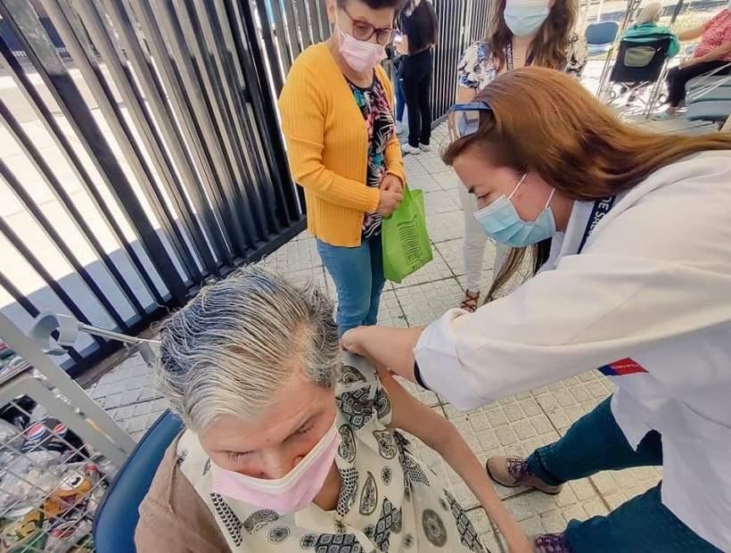 Un 0,6% de las personas en el Biobío que completaron su vacunación contra el Covid han contraído el virus
