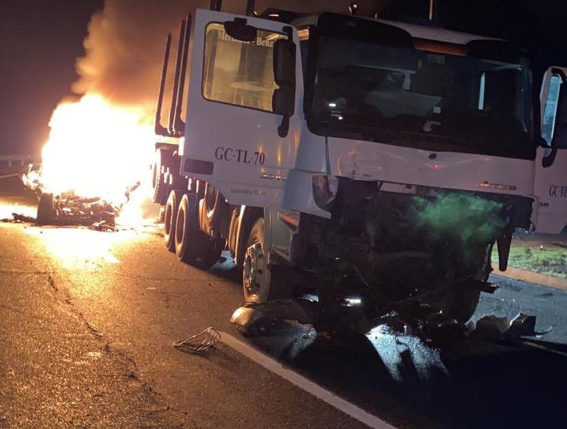 Dos muertos dejó el choque entre un camión y un auto en Santa Juana